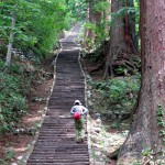 羽黒山2千、山寺1千、往復6千の石階段を歩く。
