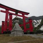 湯殿山神社の本宮はこの先。写真撮影禁止であるがゆえに期待ふくらみました。ご神体は酸化鉄で赤褐色の巨岩。