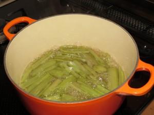 砂糖を入れて厚手の鍋でフキを煮込みます(フキのアンジェリカ)