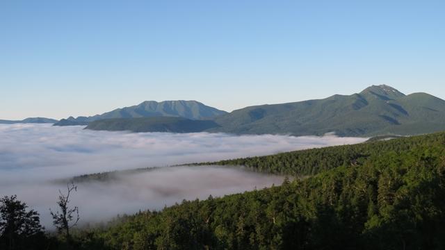 雲海がブームのようですが、好天の山の朝は雲海とともにひらく、という感じです。三国峠から東大雪方面の山々です。