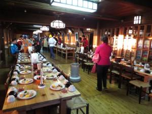 人気No.1の山小屋である燕岳山荘は10月入ったのに百人ほどの宿泊者が!