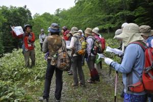 「山湖の道」で武四郎の足跡をガイドする筆者