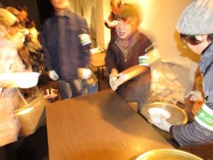 岩手県人会は「せんべい汁」でおもてなし。