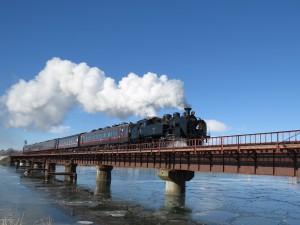 鉄橋を汽笛を鳴らし渡る勇姿にほれぼれ