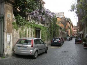 ローマのマリゲリッタ通りは「ローマの休日」のロケ現場。フジの花が満開でした。