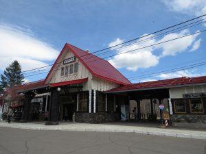 川湯温泉駅は化粧直しで青空に映えるチロル風の駅舎です。北海道の名駅舎にも選定