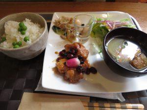 川湯温泉前のレストランカフェ「森のホール」はご贔屓のお店、いつもの定食ランチとケーキセット