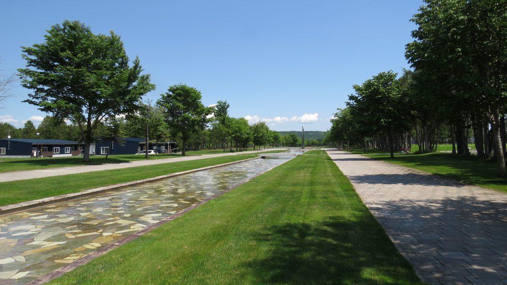 広い村に、広い公園。水路もさわやかな「名前はわからないけどスゴイ公園」