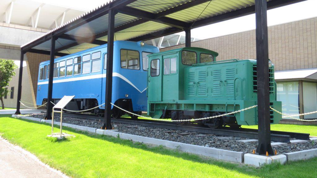 開拓の歴史をつたえる鉄道ファン必見のふるさと情報館前庭「鶴居軌道機関車」