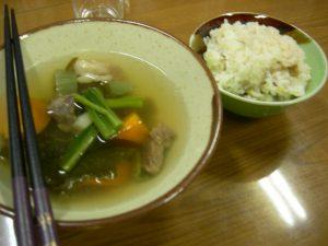 夕飯はユックオハウ(鹿肉の汁物)とイナキビご飯のアイヌ料理