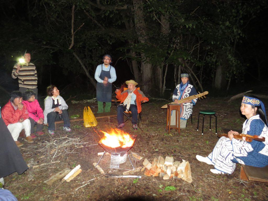 焚き火を囲んでアイヌ音楽と語りのステージ