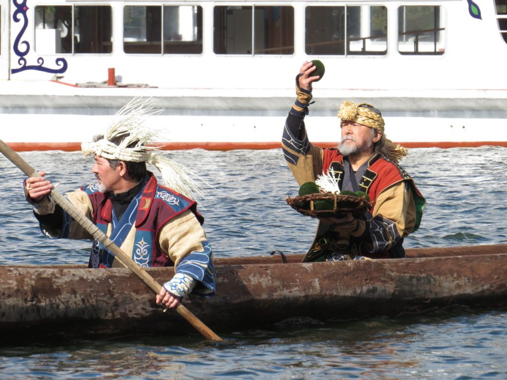 最終の送る儀式でマリモは湖に戻っていきます
