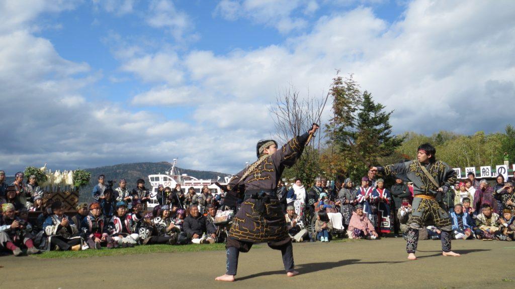 送りの儀式前に全道のアイヌ団体が踊りのイベント