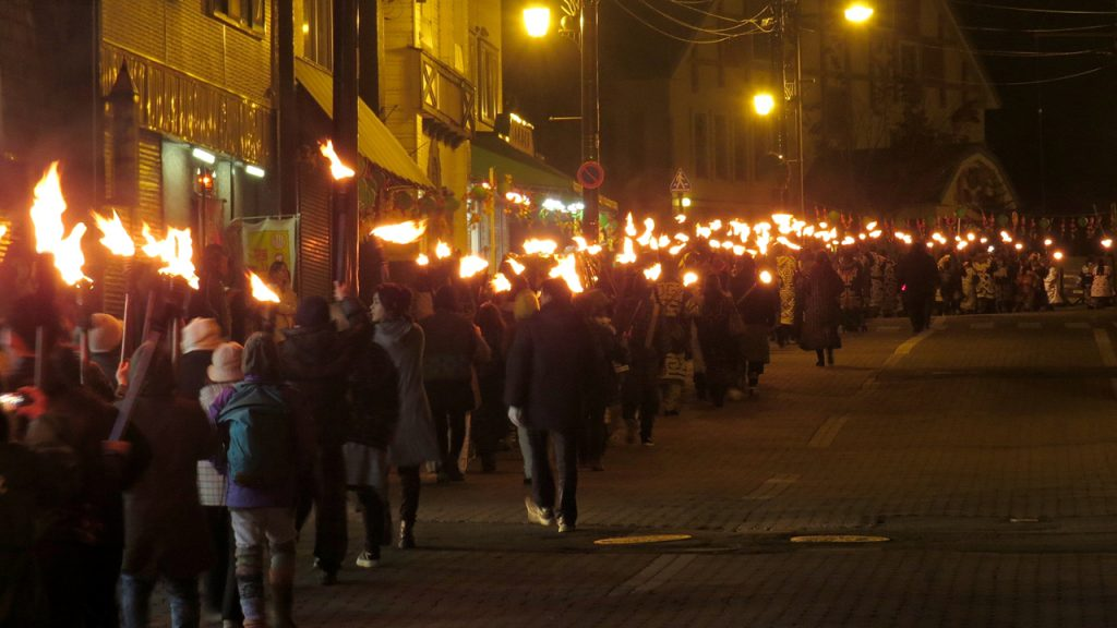 マリモを迎えたかがり火が参加者全員のタイマツにともり街中を行進します