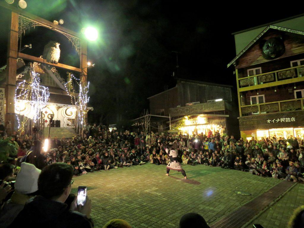 夜のアイヌコタンで全道から集まったアイヌの皆さんが各地の踊りを披露