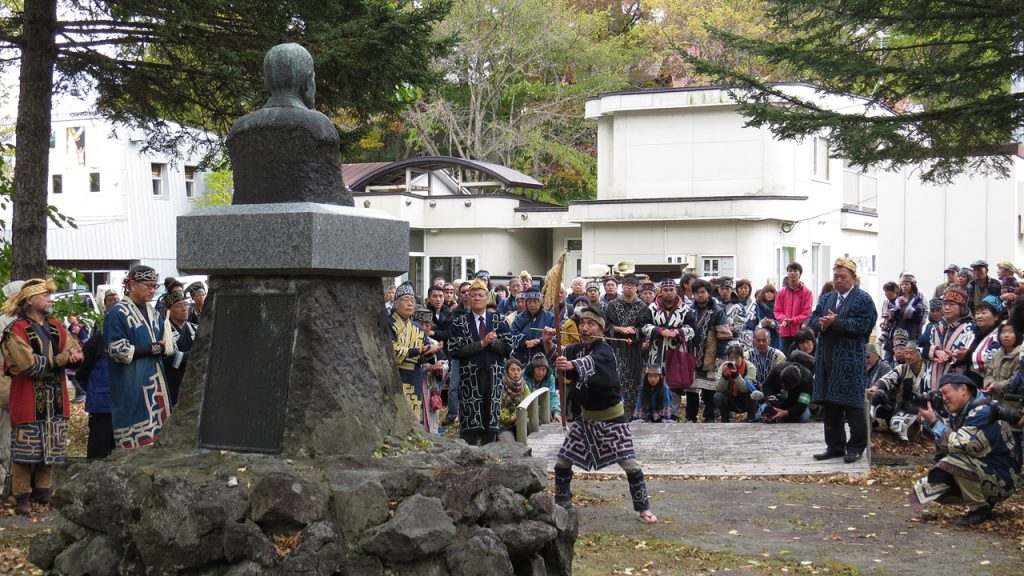 前田一歩園の創設者前田正名の像の前で、奉納の舞(クリムセ)