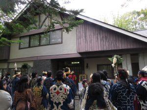 パレードでは前田一歩園三代目園主で「阿寒のハポ(母)」と慕われた前田光子さんの山荘前でご挨拶