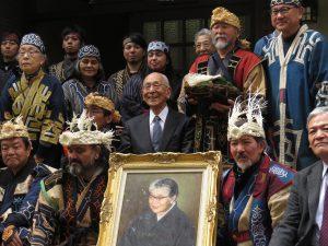 前田光子さんの肖像画を中心に関係者が記念写真
