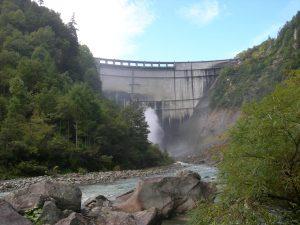 有名な黒部ダムを下から見上げる、これから下流に歩き出す