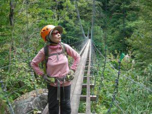幅40cmほどの吊橋を渡り終えホッ。