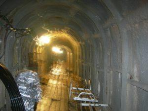 人間が高熱下で隧道掘削をした現場