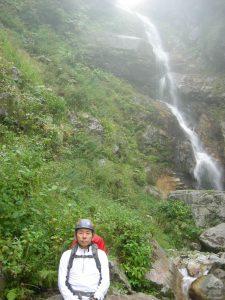 滝で一休み、降雨も心をなごませる