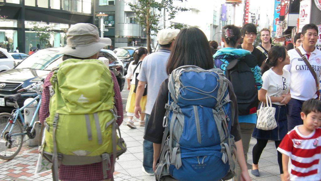 渋谷のマチを登山スタイルで闊歩。娘にリュックを背負ってもらいました。