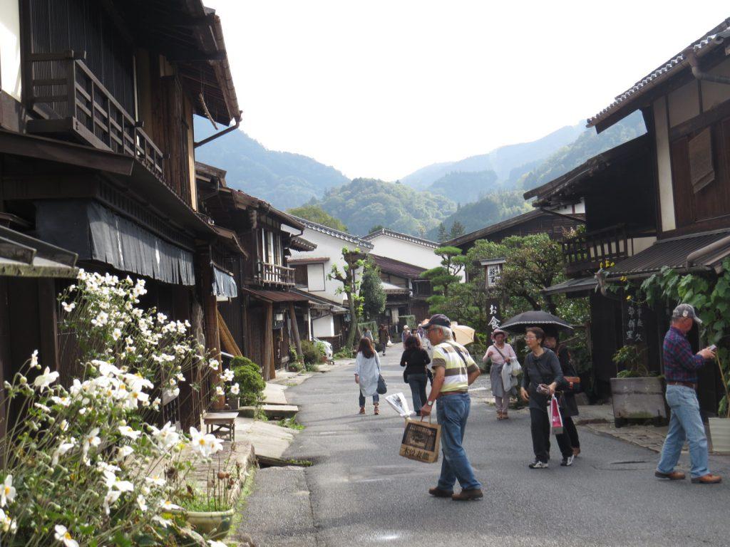 妻籠宿は中高年の日本人で賑わっていたがこの層は街道は歩かない